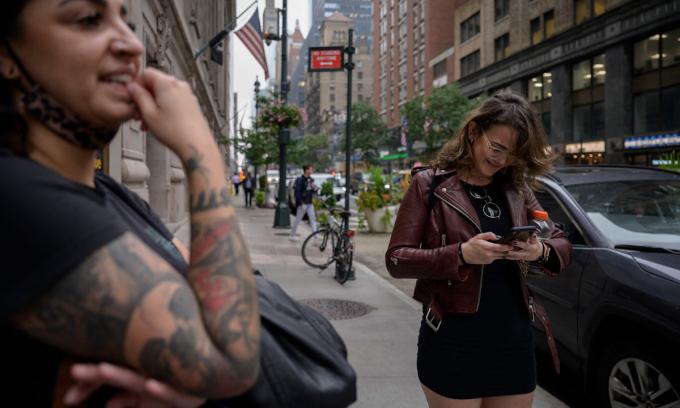 Một người dùng kiểm tra tài khoản Instagram tại New York, Mỹ hôm 4/10. Ảnh: AFP.