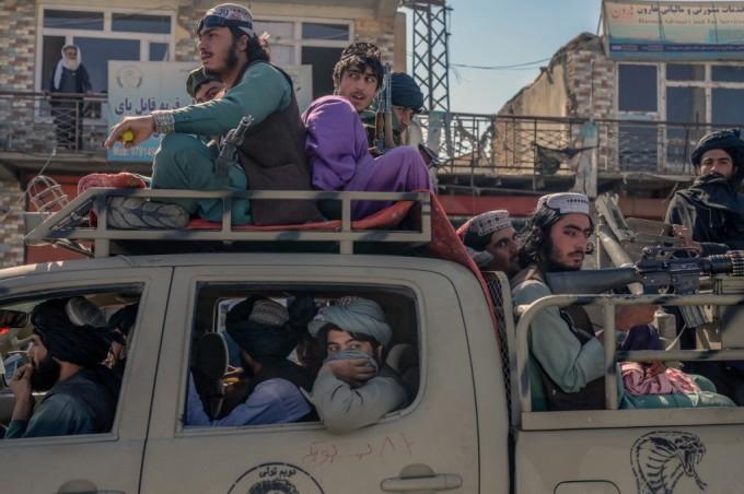 Lính Taliban di chuyển trên đường phố thủ đô Kabul, Afghanistan hôm 14/10. Ảnh: AFP.