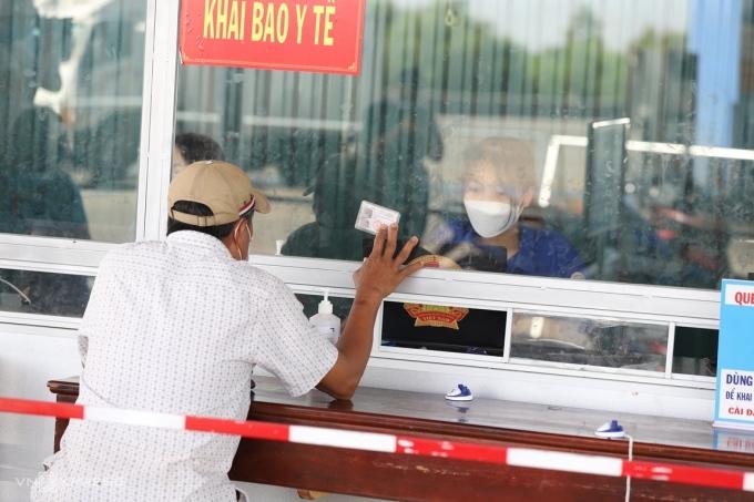 Người dân đến Thừa Thiên Huế chỉ cần khai báo y tế tại chốt kiểm soát y tế. Ảnh: Võ Thạnh