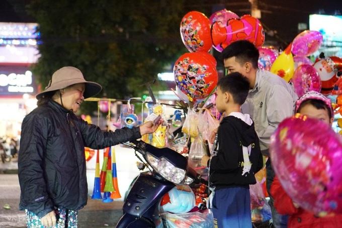 Một phụ nữ bán bóng bay ở Quảng Ngãi. Ảnh: Phạm Linh