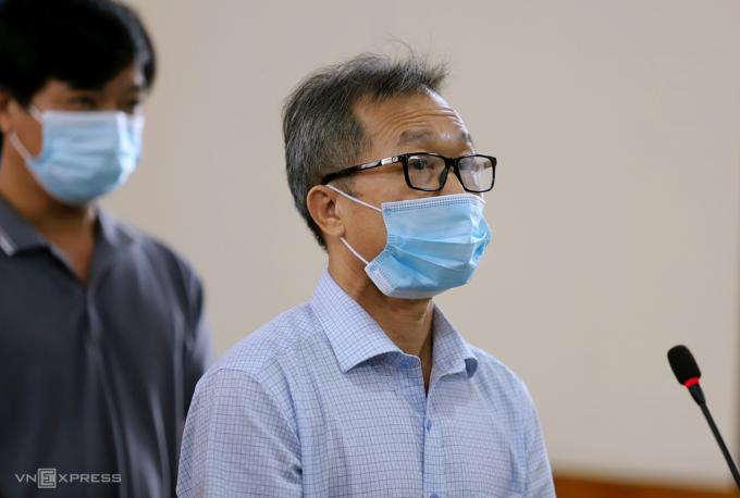 Bị cáo Dũng (đeo kính) tại tòa. Ảnh: Đức Hùng
