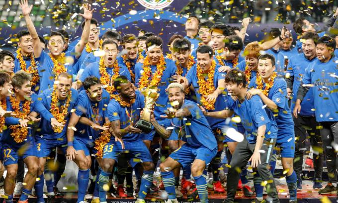 Câu lạc bộ Jiangsu Suning F.C. nâng cúp vô địch giải đấu Super League hồi tháng 11/2020. Ảnh: AFP.