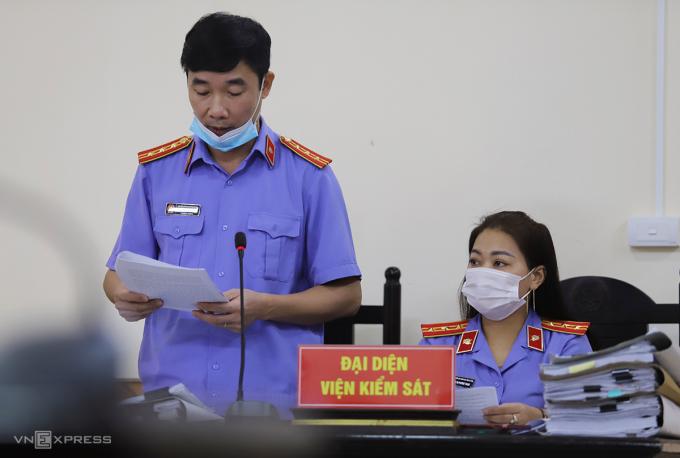 Đại diện Viện kiểm sát nhân dân tỉnh Hà Tĩnh đọc cáo trạng, lúc 9h. Ảnh: Đức Hùng