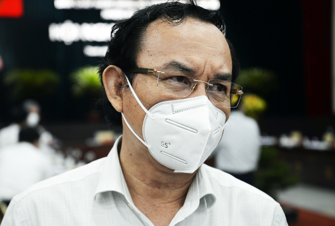 Bí thư Thành ủy Nguyễn Văn Nên trò chuyện với báo chí bên lề hội nghị, ngày 14/10. Ảnh: Trung Sơn