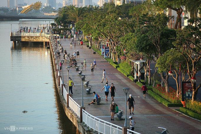 Người dân Đà Nẵng đi tập thể dục ngoài trời, ngày 30/9. Ảnh: Nguyễn Đông