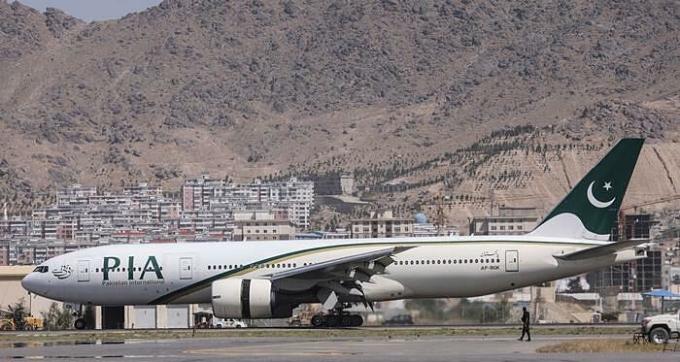 Một máy bay của hãng hàng không quốc tế Pakistan tại sân bay Kabul, Afghanistan tháng trước. Ảnh: AFP.