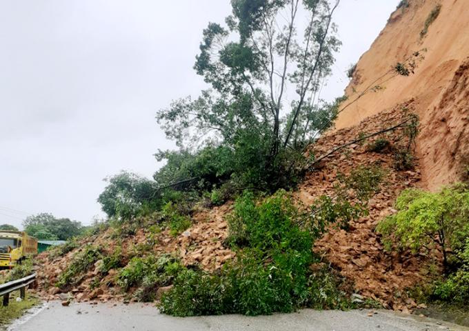 Hiện trường vụ sạt lở trên quốc lộ 8A, đoạn qua xã Sơn Kim 1, huyện Hương Sơn. Ảnh: Đức Hùng
