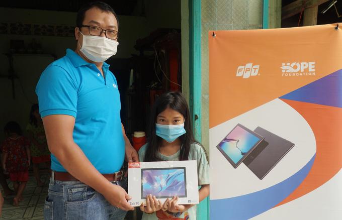 Đại diện Qũy Hy vọng trao máy tính cho em Ngọc tại xã Phú Lý, huyện Vĩnh Cửu chiều 14/10. Ảnh: Phước Tuấn
