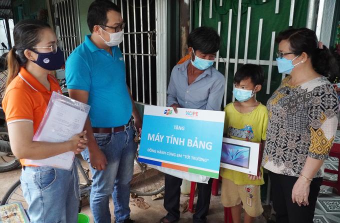 Đại diện Qũy Hy vọng và Tập đoàn FPT thăm hỏi động viên em Khá, học sinh Tiểu học Mã Đà chiều 14/10. Ảnh: Phước Tuấn