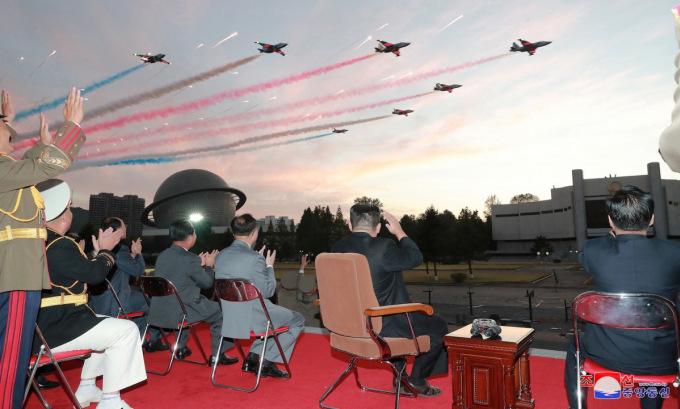 Kim Jong-un (ngồi ghế đệm) quan sát cường kích Su-25 biểu diễn trong bức ảnh công bố hôm 12/10. Ảnh: KCNA.