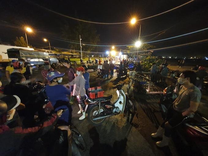 Cả trăm tiểu thương đứng ngoài cảng cá lúc 0h30 ngày 15/10. Ảnh: Nguyễn Đông