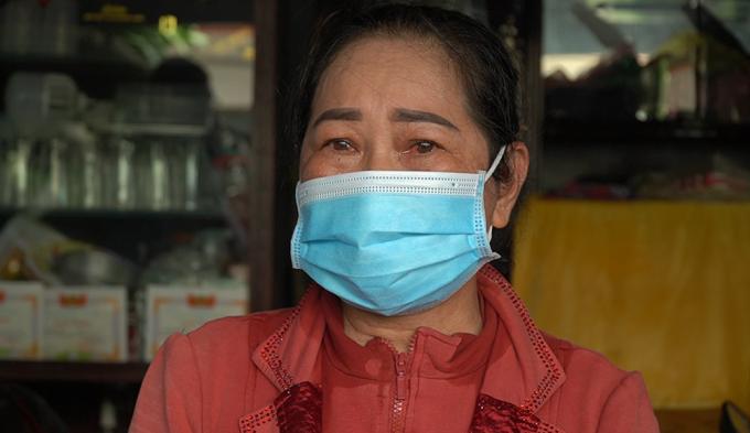 Mẹ bé Trần Minh Thư xúc động khi nhận quà hỗ trợ giúp con học online. Ảnh: Phước Tuấn.