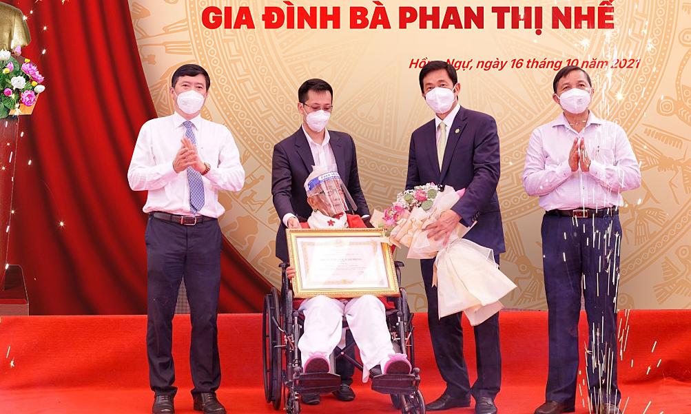 Nhà giáo Phan Thị Nhế nhận Huân chương Lao động hạng Ba