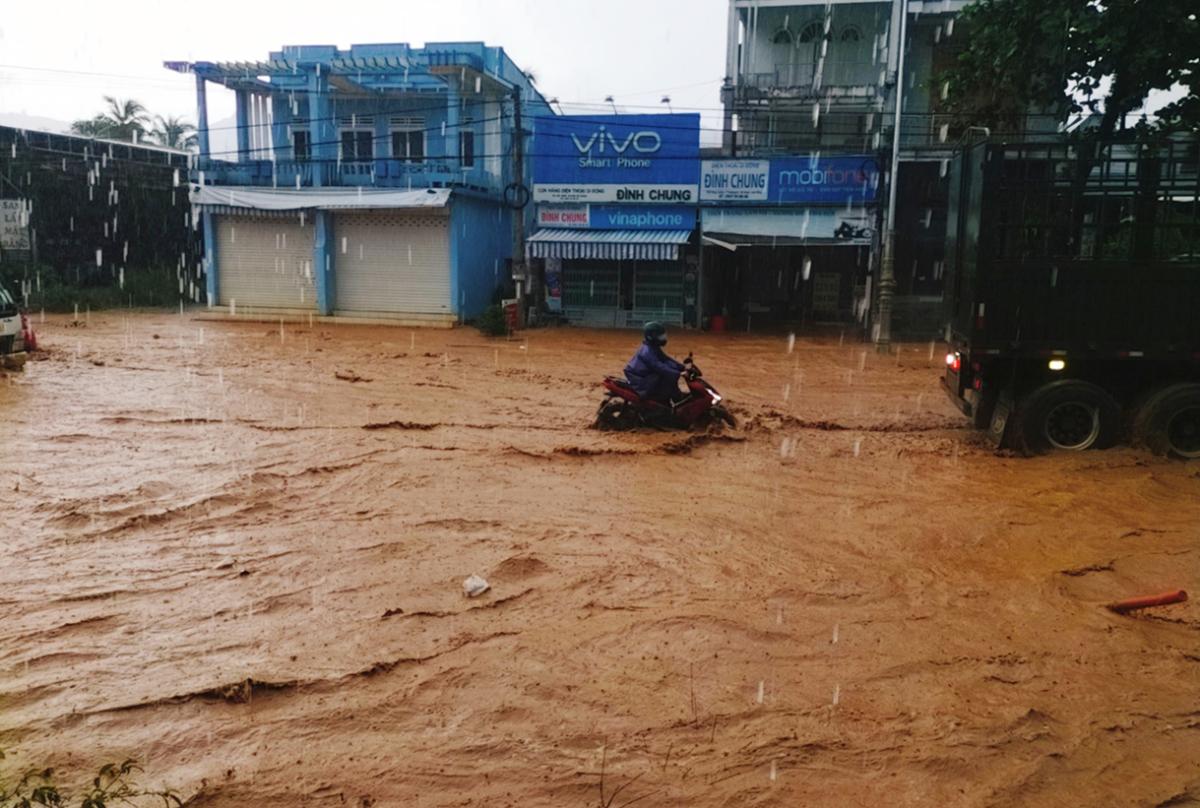 Đường lên Đà Lạt mênh mông nước sau mưa lớn