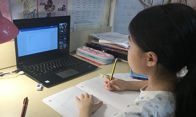 Học sinh 'ôm' máy tính cả ngày vì học thêm online